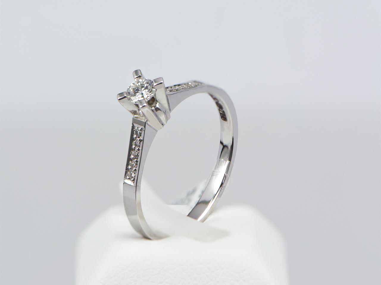 Μονόπετρο δαχτυλίδι λευκόχρυσο Κ18 με διαμάντια  88ef1026af2