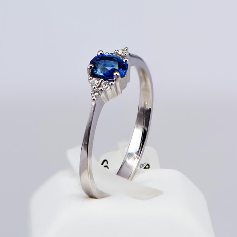 Μονόπετρο δαχτυλίδι λευκόχρυσο Κ18 με ζαφείρι και διαμάντια ... e562a7dc786