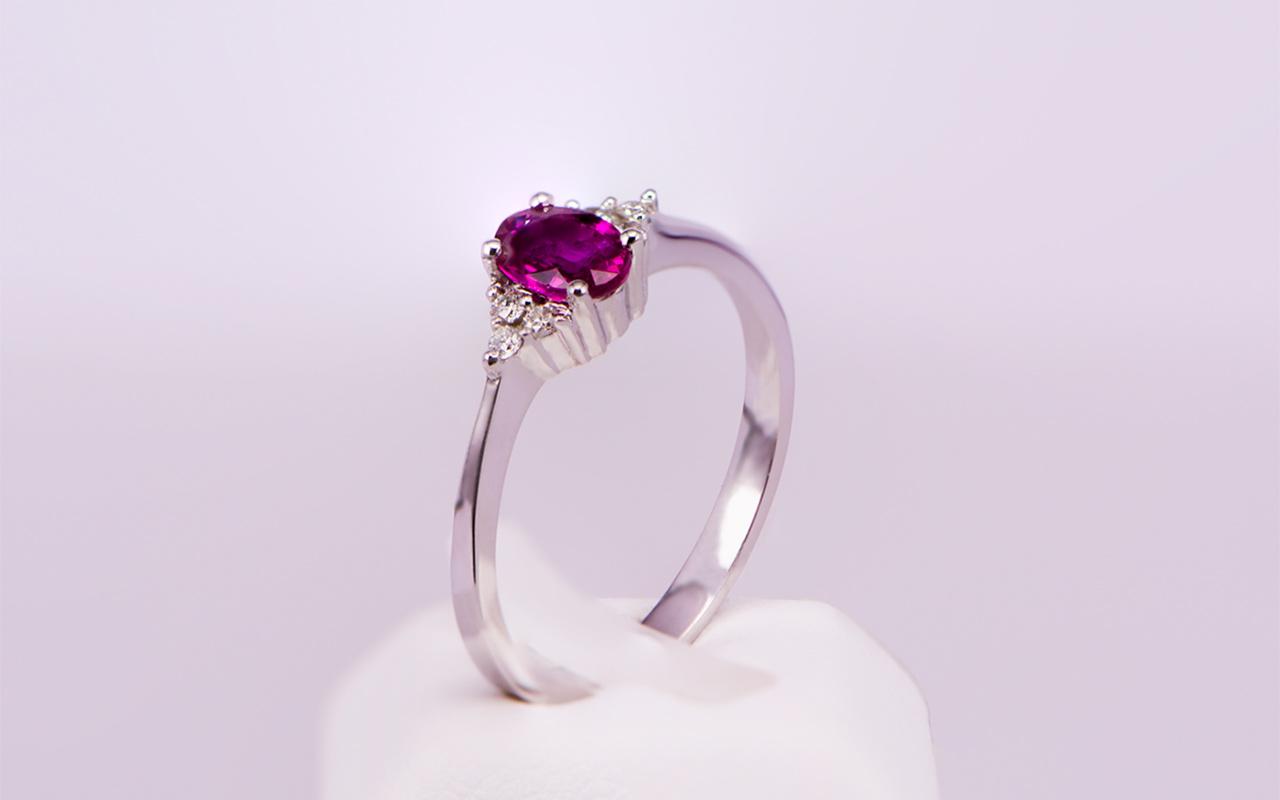 Μονόπετρο δαχτυλίδι λευκόχρυσο Κ18 με ρουμπίνι και διαμάντια ... ce93260ba26