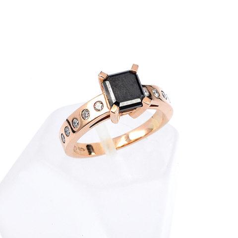 monopetro-daxtylidi-roz-xriso-k18-mavro-diamanti