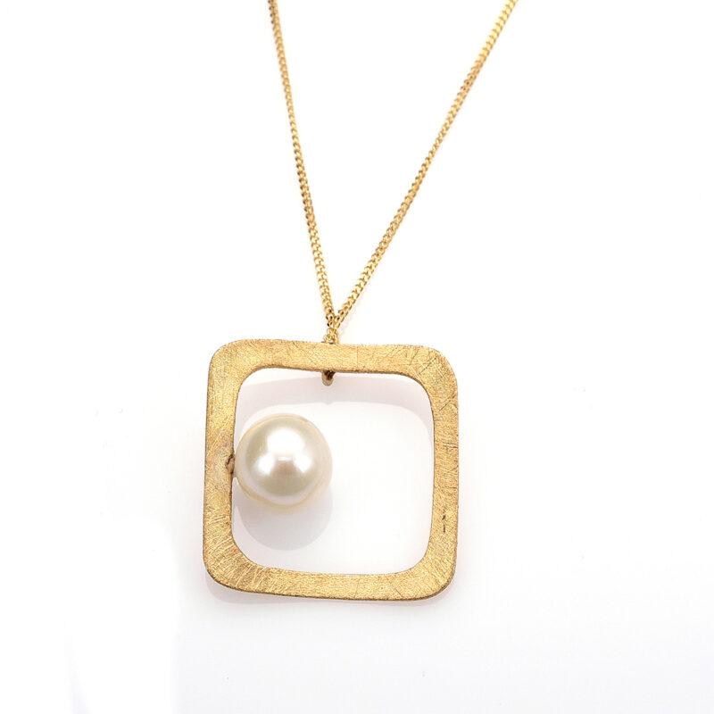 Μοντέρνο κολιέ από χρυσό Κ14 με ένα μαργαριτάρι του γλυκού νερού , δεμένο σε τετράγωνο χειροποίητο σαγρέ πλαίσιο